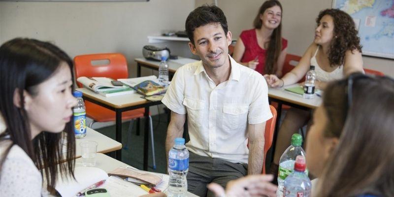 Estudiantes en aula de clases del Centro de idiomas CES Londres Inglaterra