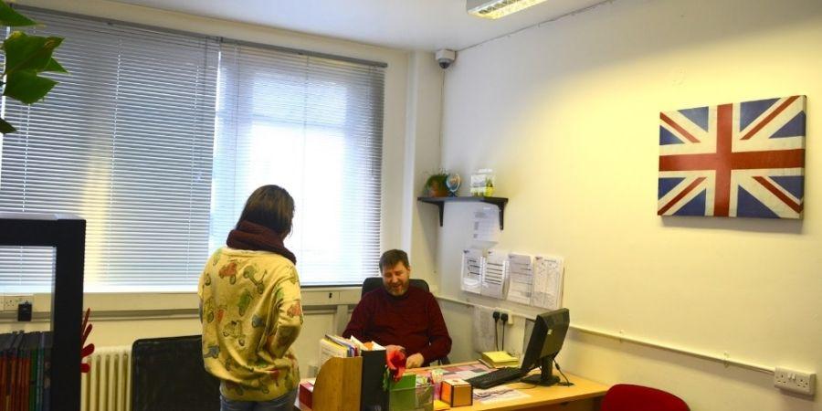 Director Britannia School of English. asesorando a estudiante