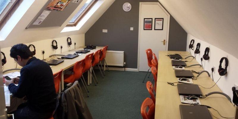 salon de computadoras en la Escuela de Ingles CES Oxford Inglaterra