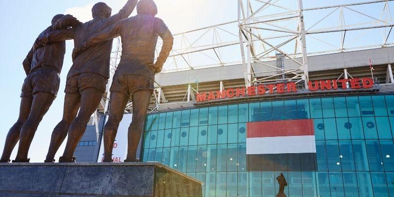 Después de culminar tu jornada de cursos de inglés, recorre el legendario estadio  Old Trafford, templo del futbol mundial