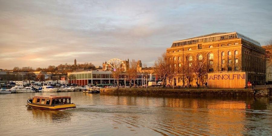 Lugares imperdibles de Inglaterra Galería de Arte Contemporáneo The Arnolfini, galería de arte establecida en 1961