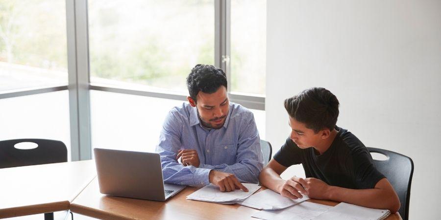 Inglés Uno a Uno academia Twin School, profesor y estudiante en medio de una lección