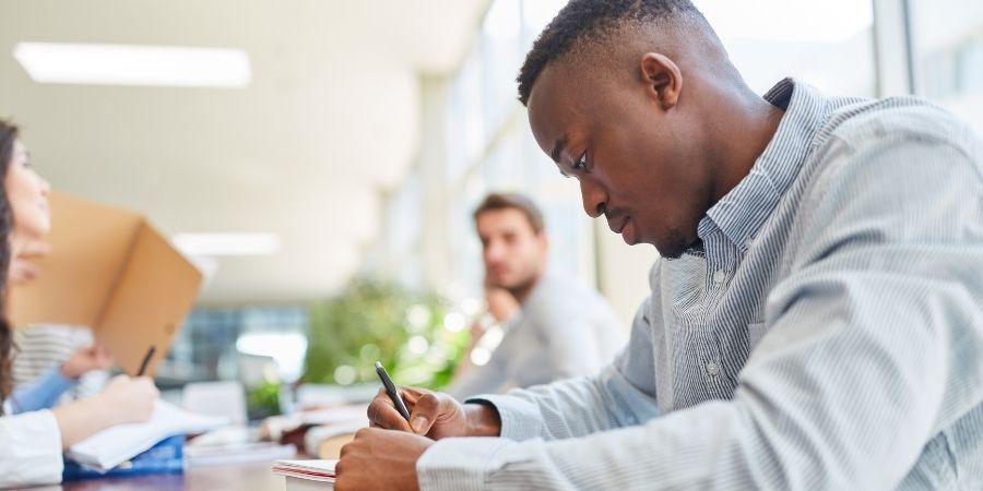 Inglés general e intensivo Twin, estudiante afrodescendiente concentrado en sus estudios