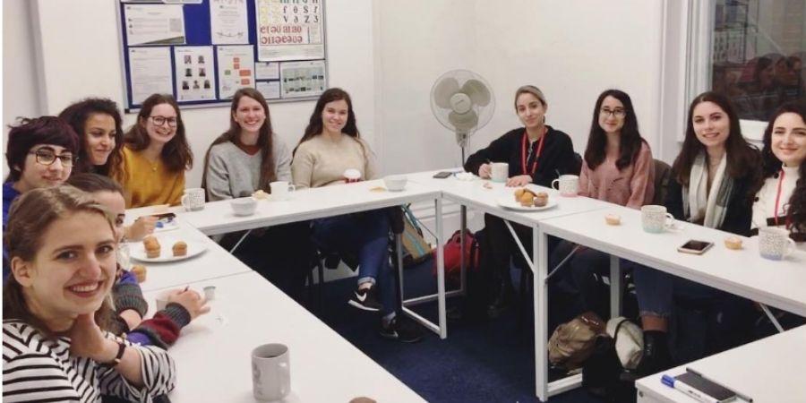Inglés total ABC Languages Cambridge, estudiantes posando para la foto en clases