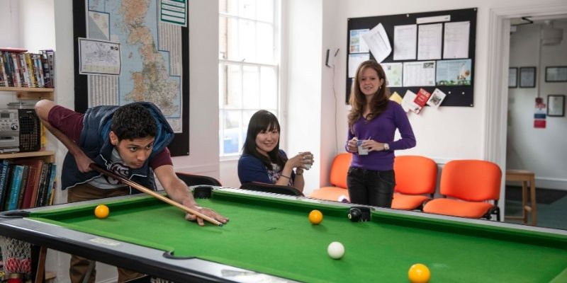 salon de juegos y esparcimiento en el Instituto de Ingles CES Oxford