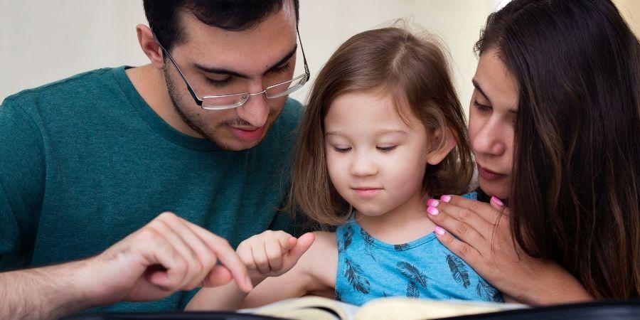 Jóvenes y Familias ABC Cambridge, familia leyendo un libro