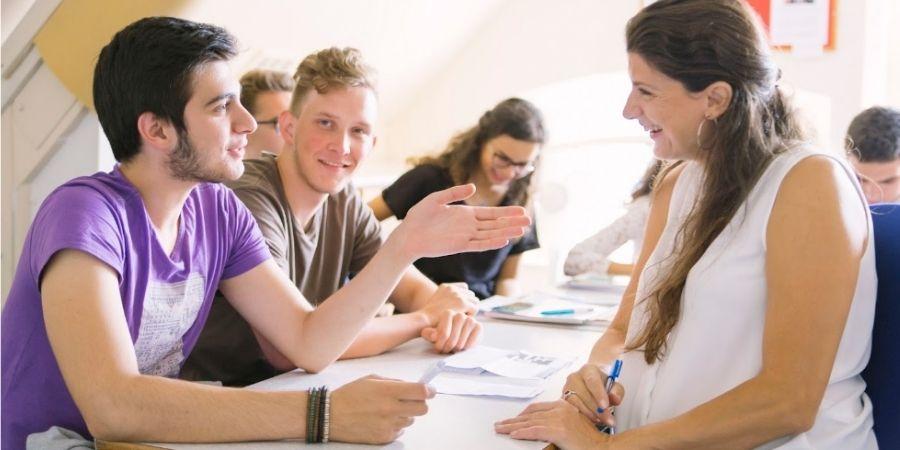 Preparación examen de Cambridge BEET Language Centre, alumno preguntando a su maestra