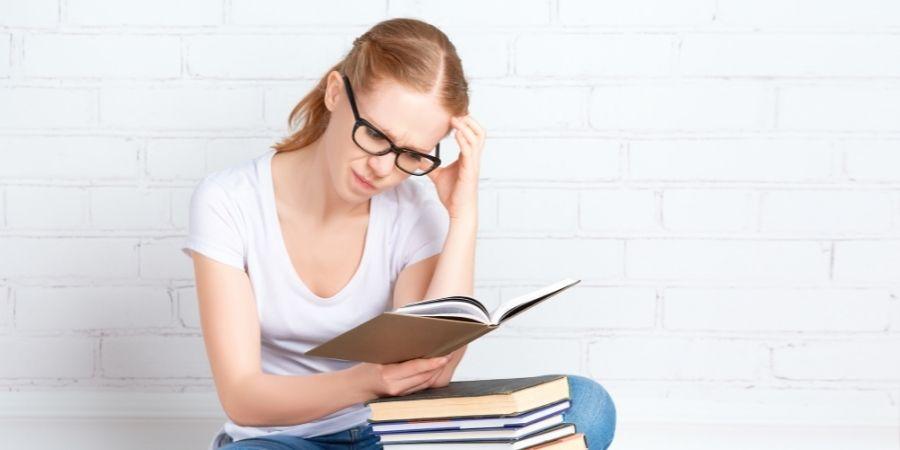 Preparación para la prueba IELTS BEET, alumna estudiando