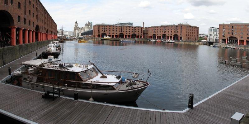 Muelle de Liverpool con  barco atracado