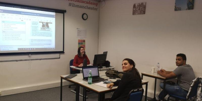 Seminario de clases Ih Mancester ingland estudiantes en salon de clases