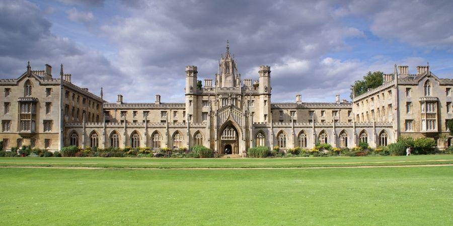 Universidad de Cambridge, esta dentro de la lista de lugares imperdibles de Inglaterra por su características icónica de la ciudad de Cambridge